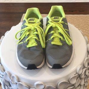 Nike Air Max Dynasty boys size 3.5Y running shoe
